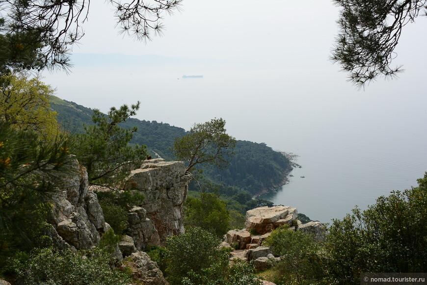Это вид с тропинки, ведущей к маяку. Видите, на острова лучше ехать в хорошую погоду...)