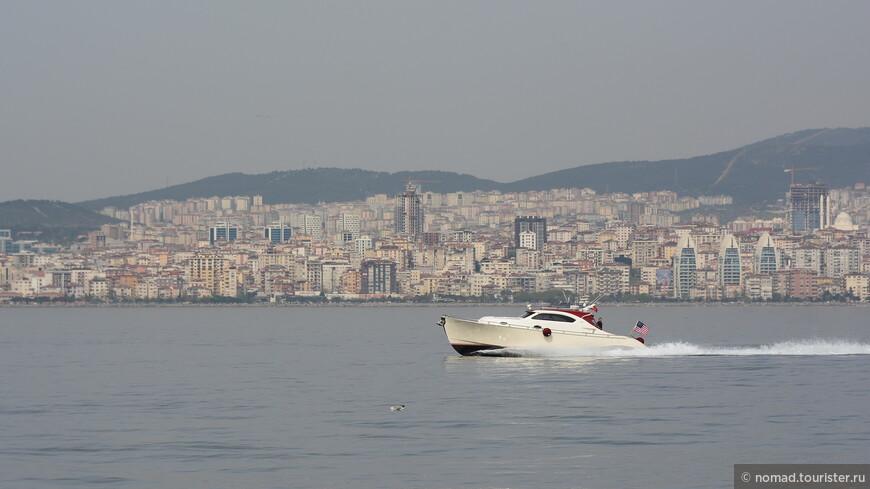 Вид с набережной  на район Стамбула Картал...