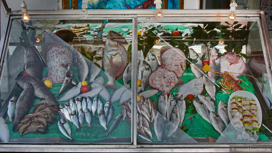 На набережной есть ряд рыбных ресторанов, представляющих широчайший ассортимент морепродуктов.