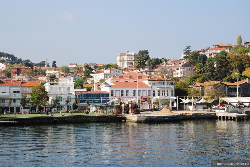 """Хейбелиада (с турецкого переводится как """"Остров с сумкой"""") второй по площади из Принцевых островов, но в два раза меньше Байюкады - его площадь всего 2,5 км2."""