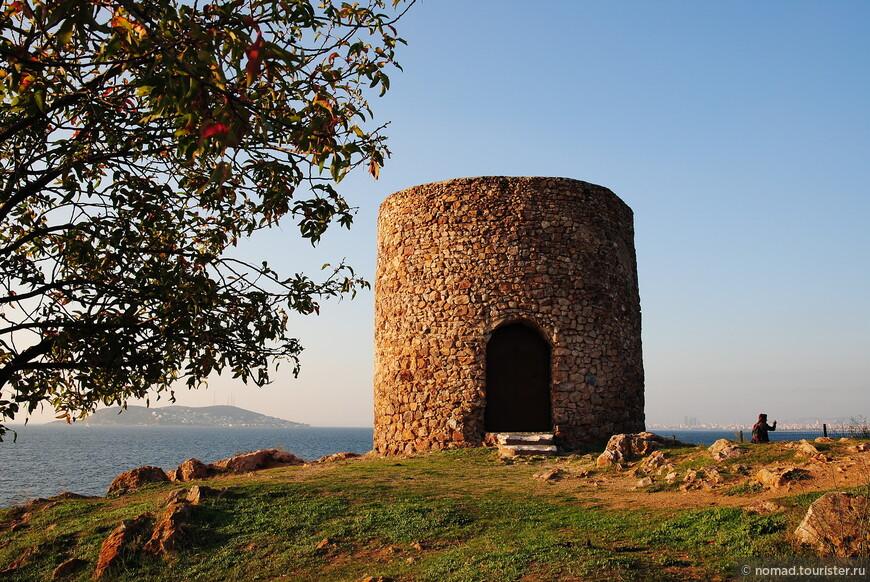 Из интересного тут оказалась какая-то башня.. И панорамы Мраморного моря... )