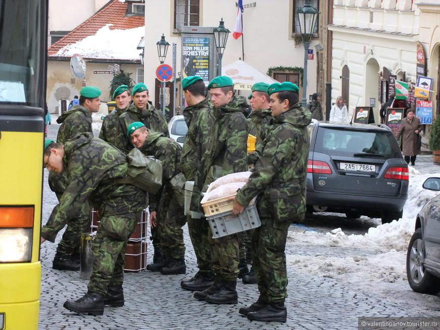 Кажущиеся на первый взгляд симпатичными и добродушными ребятами, эти натовские военные прямо на пражской улице загружают боеприпасы в пищевых контейнерах под видом продуктов