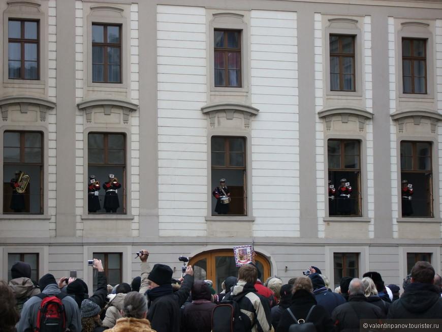 Секретные войска спрятались в окнах дворцового комплекса для отражения внезапного удара русских. Чисто для конспирации замаскировались под музыкантов и взяли в руки музыкальные инструменты.
