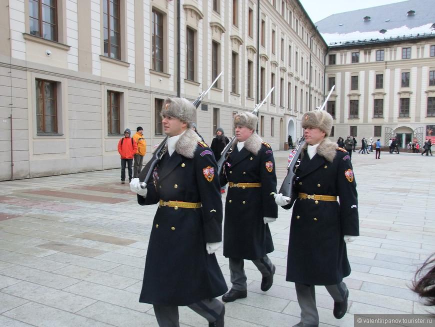 Отставшие от основного войска солдаты догоняют своих товарищей. Их ожидает гауптвахта.
