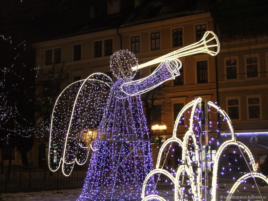 Глубоко законспирированный под рождественского ангела боевой трубач приготовился подать сигнал к атаке
