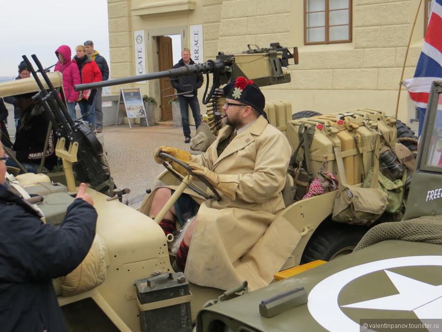 Английский генерал в спешке прибыл в труселях, забыл галифе надеть! Ржунимагу! Это ж январь, чудак! В России -20-40 по Цельсию! Колокольчики-бубенчики не боишься застудить?