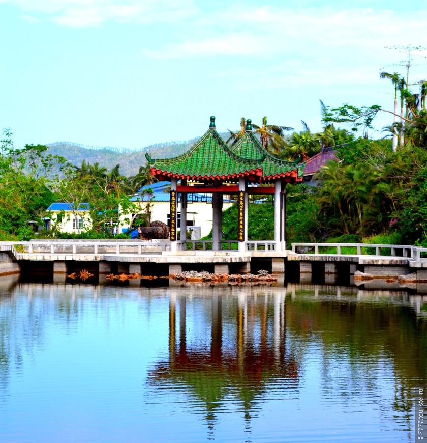 Беседка на берегу пруда у храма