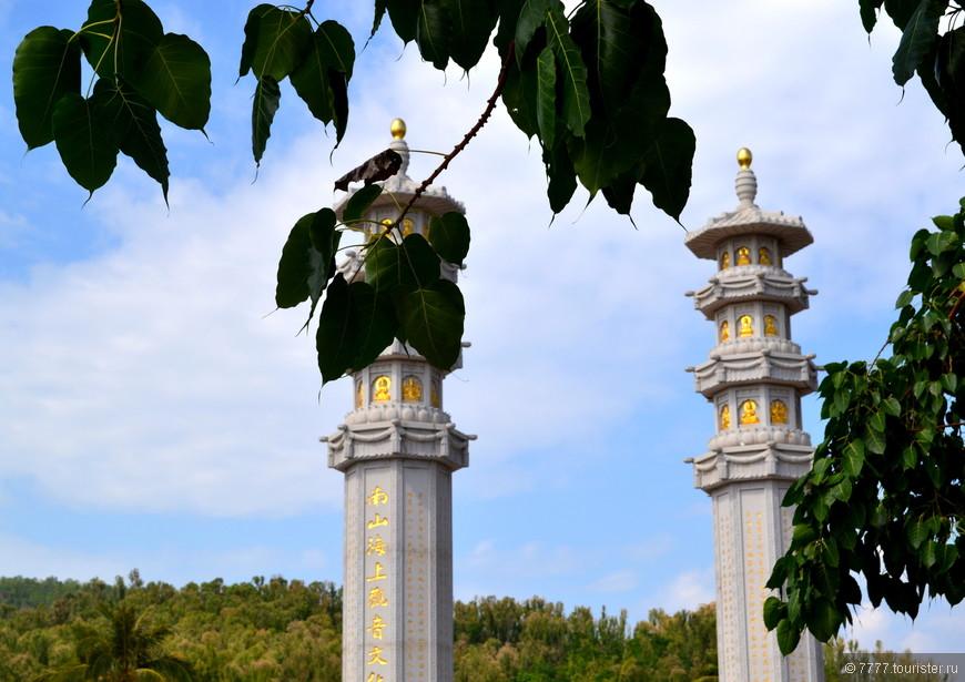 Это Колоссы на пути к храму Трехликой Богини Гуайнинь.