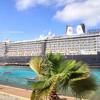 Корабли на фоне Бонэйра выглядят жуткими монстрами.