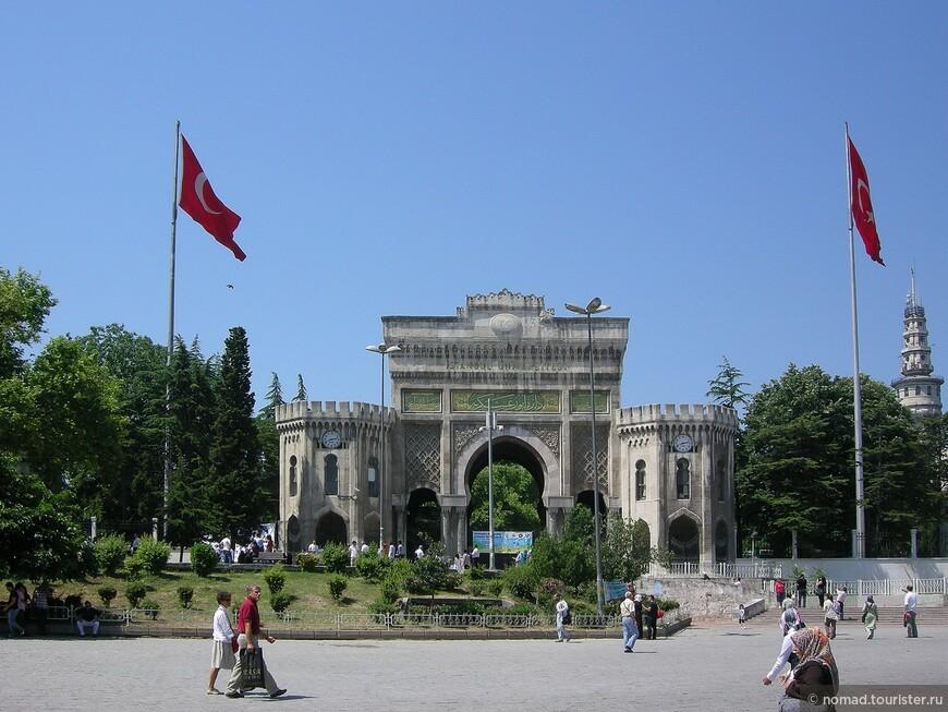Главный вход Стамбульского университета