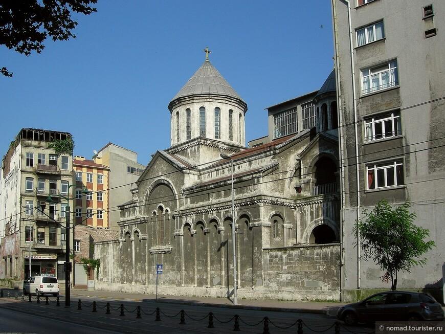 Помимо мечетей, можно поискать сохранившиеся христианские церкви, как например вот эта, затерявшаяся на одной из стамбульских улиц...