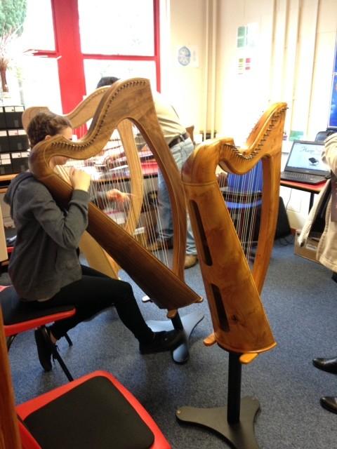 Подходи и пробуй! Музыканты всех возрастов и уровней могут попробовать поиграть на любом инструменте.