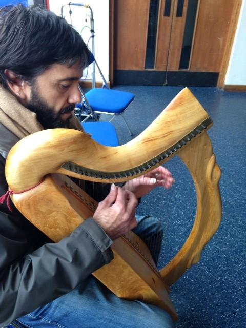 Это - ирландская арфа, вы ее узнаете по гербу Ирландии. Музыкант просто тихонько сидел в уголке и с богом разговаривал, иначе не скажешь. Обратите внимание на его чудовищные ногти – у многих арфистов именно такие «природные медиаторы».