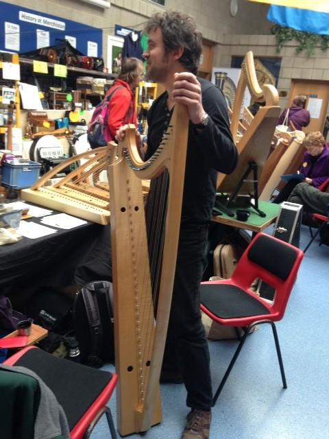 А это арфа-гот, в смысле - готическая. Она очень высокая и узкая, а струны у основания прижаты маленькими деревянными блоками, из-за чего арфа дребезжит, как с сурдиной.