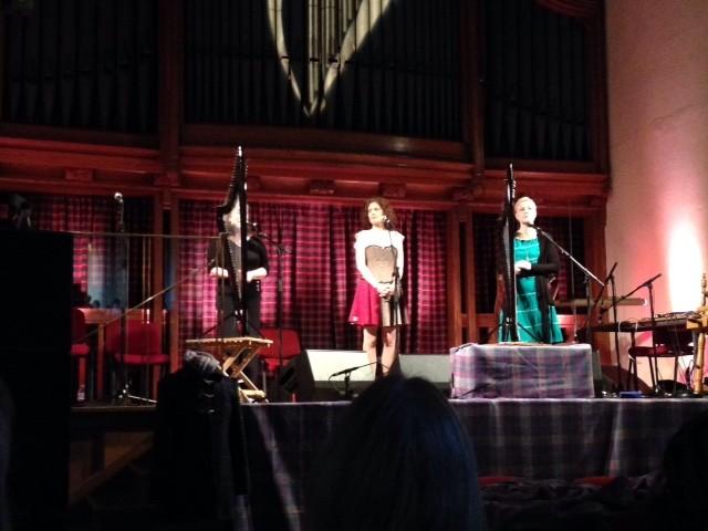 """Восхитительный концерт """"Твид, гэльский язык и арфа"""". Просто замечательное трио с внешних Гебрид."""