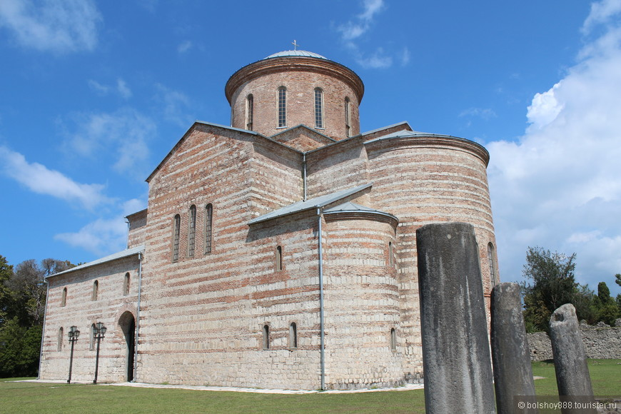 Патриарший собор Андрея Первозванного на территории комплекса Великий Питиунт.Основан в x веке.