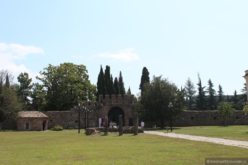 Вид от собора на ещё одни руины древних построек.Здесь по моему была колокольня.