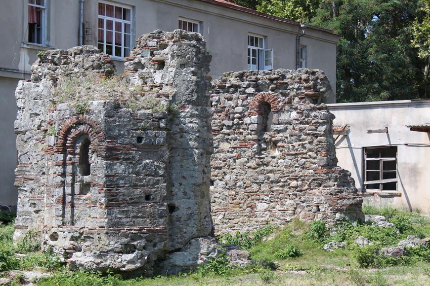 Останки старинных построек.