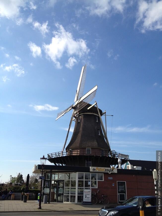 Одна из немногих ветряных мельниц в пределах Амстердама, что еще не только сохранилась, но и работает!