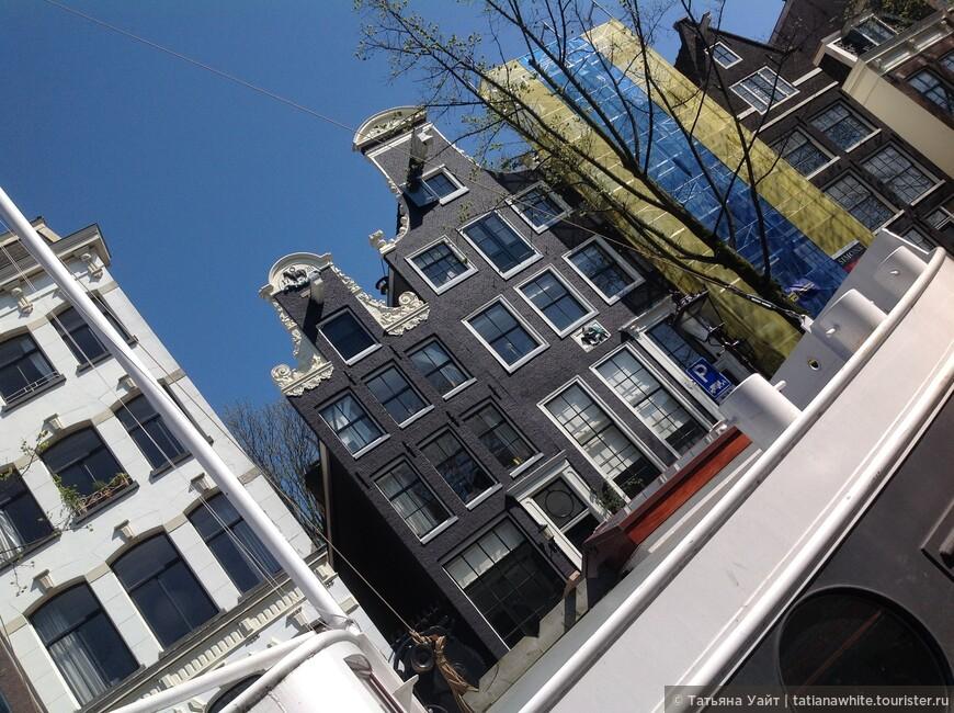 "А эти витиеватые верхушки фасадов, барочные ""завитушки""... чаруют."