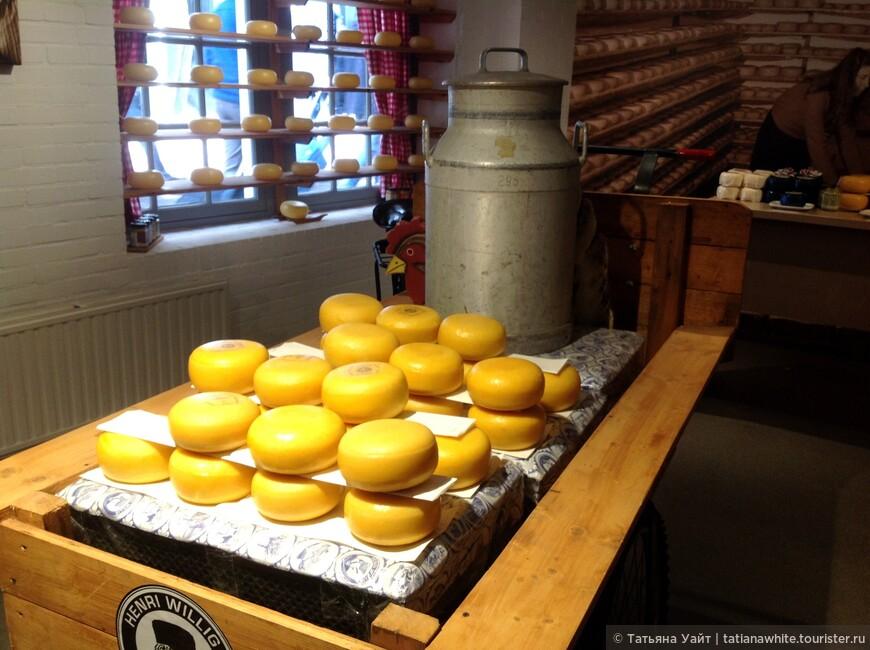 Аппетитность вида сыров еще в аутенчитности его видов, рядом стоящих бидонов, цистерн для переработки и хранения первичного продукта.