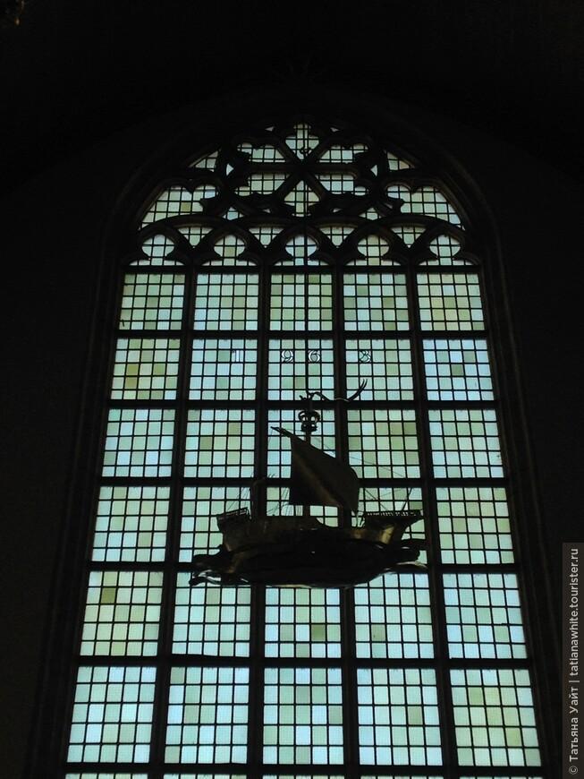"""""""Подвешенный"""" кораблик в старой церкви. Драматически смотрится на фоне окна (не витража)."""