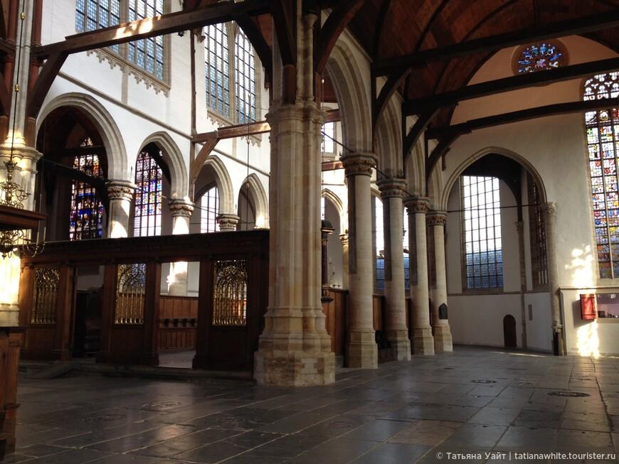 Интерьер старой церкви (Oude Kirk) - 1370 г. Звонница с 47 колоколами добавлена в 1565 г. Изначально эта церковь была католической, но в 1578 г. перешла к протестантам-кальвинистам; они опустошили её, убрав все статуи, украшения и 18 алтарей. Внутри она - пуста... Слава богу, что хоры оставили в покое.