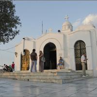 На холме, конечно же, храм (это Греция!). Церковь Святого Георгия.