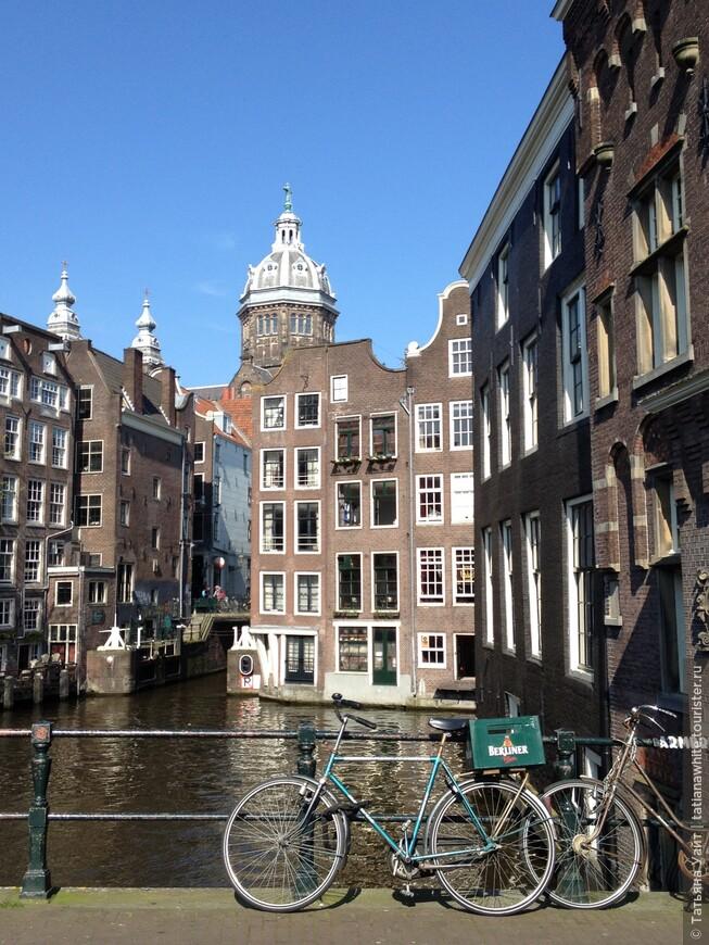 Каналы, велосипеды, дома в воде - типичный Амстердам.