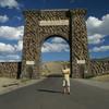 Ворота Рузвельта на севере парка, в городе Гардинер штата Монтана