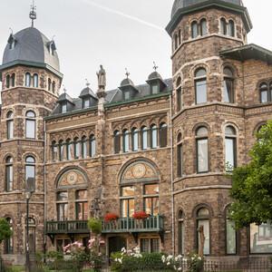 Элементы модерна в этом здании - мозаики, полукруглые окна и кованые штучки на крыше ) Называется дом 'Carolus Magnus', построен в 1897 г.