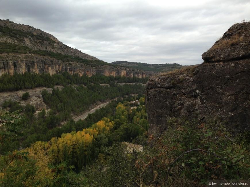 Ущелье вдоль реки Хукар. К сожалению саму реку не видно из-за деревьев, она красивого бирюзового цвета.