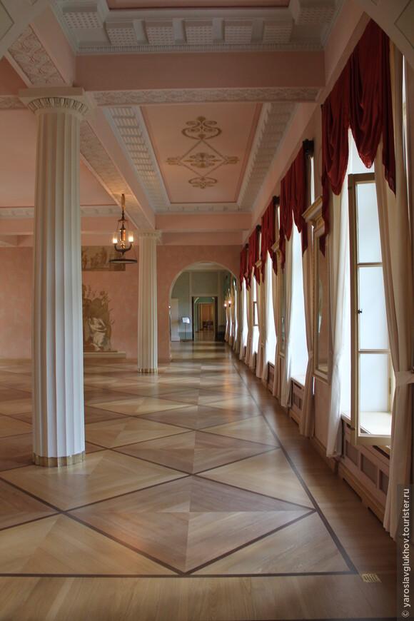 Именно в Большом зале лицея выступал А. С. Пушкин.