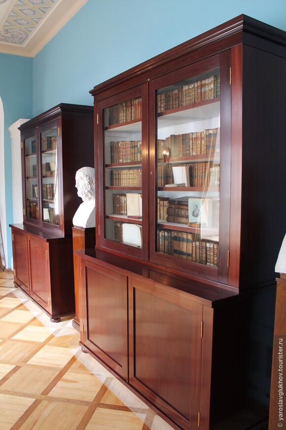 Библиотека, расположенная в переходе, ведущем в Екатерининский дворец.