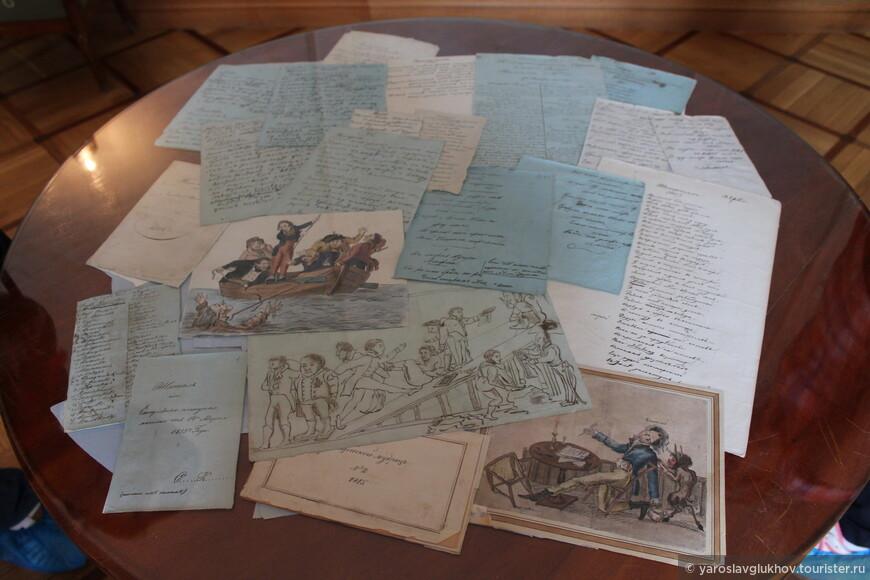 Рядом с библиотекой располагается Газетная комната. В центре комнаты на столе расположены карикатуры из рукописных лицейских журналов.