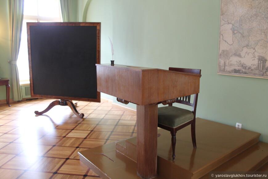 Учительский стол и доска в классе лицея.
