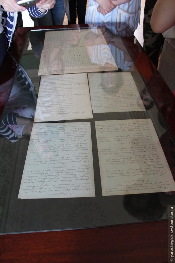На столах под стеклом представлены различные бумаги того времени.