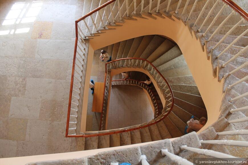 По такой винтовой лестнице мы спускаемся обратно, на 1 этаж.