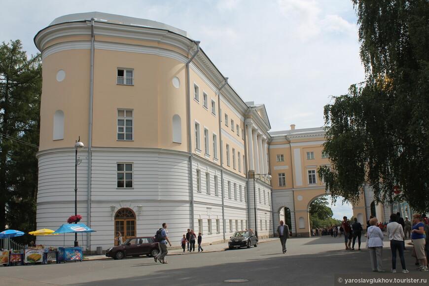 Здание Царскосельского лицея примыкает к Екатерининскому дворцу.