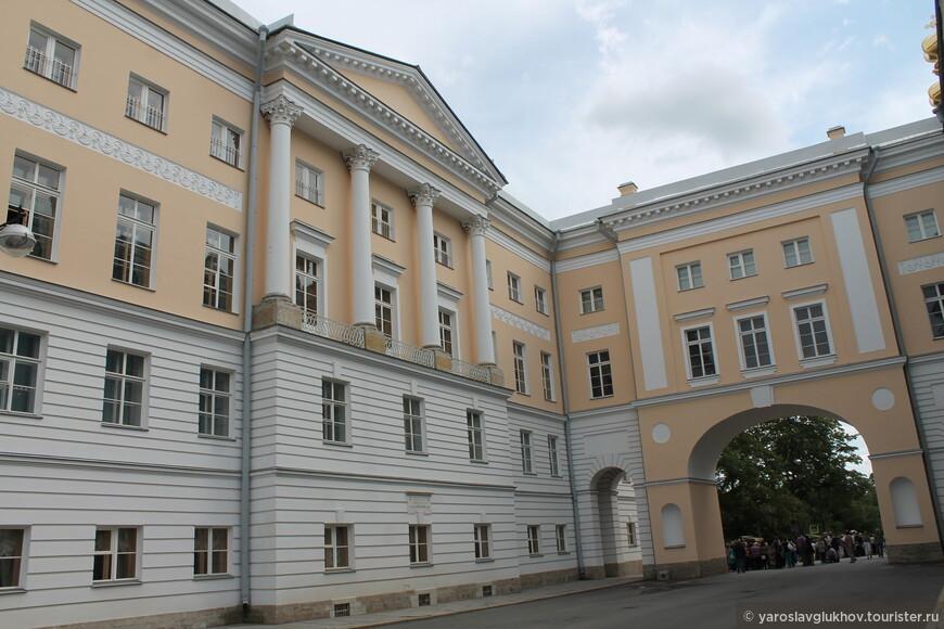 Лицей расположен по адресу: улица Садовая, 2, Пушкин.