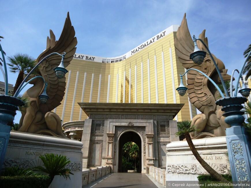 Вход естественно во все отели Лас-Вегаса бесплатный и в каждом есть казино