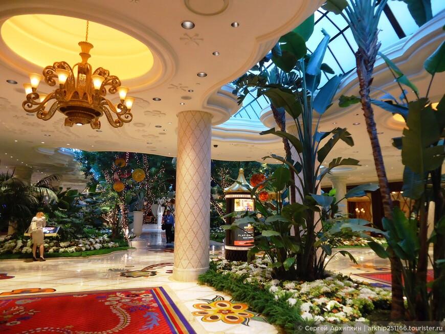 Внутри все роскошно- ведь стоимость строительства составила почти 3 миллиарда долларов США!!!