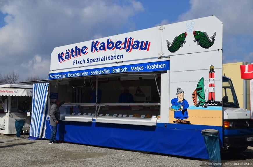 Конечно, Фишмарк турне не может сравниться с Гамбургским собратом по масштабности. Но, всё же создаёт чудесную атмосферу праздника. Наевшись бутербродами с рыбкой решили прогуляться по набережной.