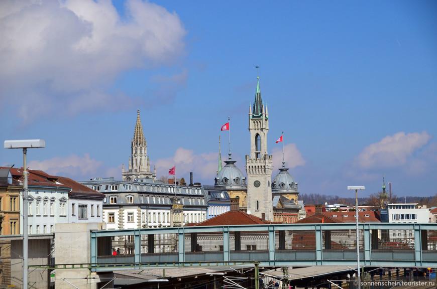 Это фотография с моста разделяющего город на две части. На фотографии немецкий город Констанц, на противоположной стороне швейцарский город Кройцлинген.
