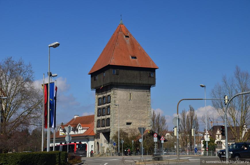 Бывшие городские укрепления 13-го века были снесены в 19-ои веке,а камни послужилт грунтом для разбитого у порта городского парка. Сохранилась башня Рейнтурм, она защищала город.
