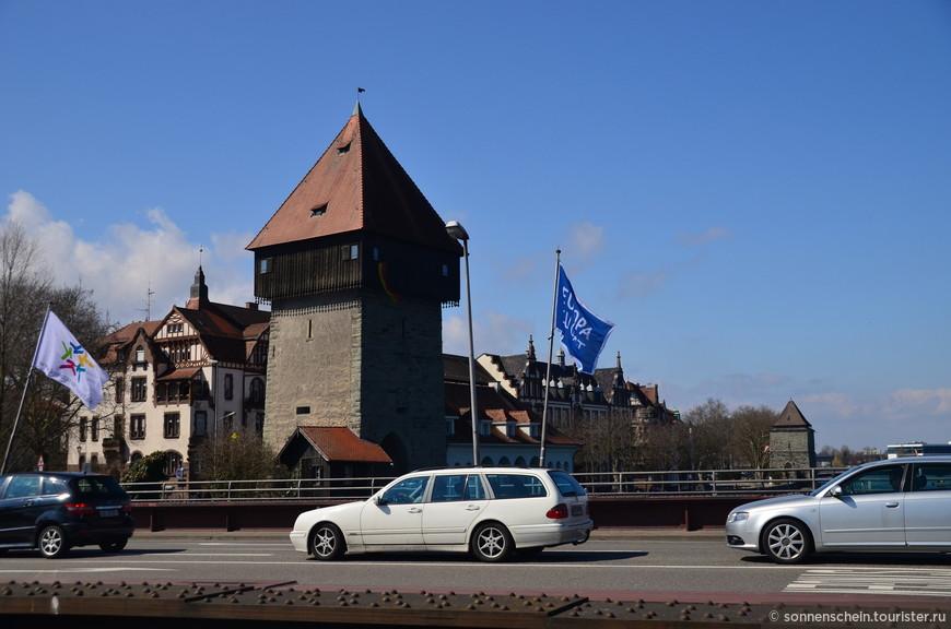 За башней Рейнтурм виднеется башня Пульвертурм. Служившая когда-то тюрьмой.