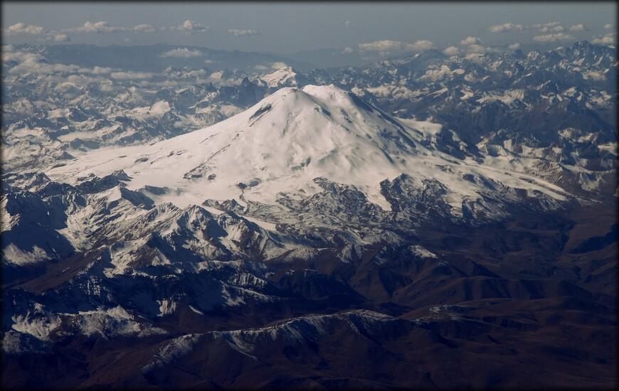Эльбрус — стратовулкан на Кавказе, на границе республик Кабардино-Балкария и Карачаево-Черкесия. Эльбрус расположен севернее Большого Кавказского хребта. Учитывая, что граница между Европой и Азией неоднозначна, нередко Эльбрус называют также высочайшей европейской горной вершиной, то есть относят её к списку «Семи вершин».