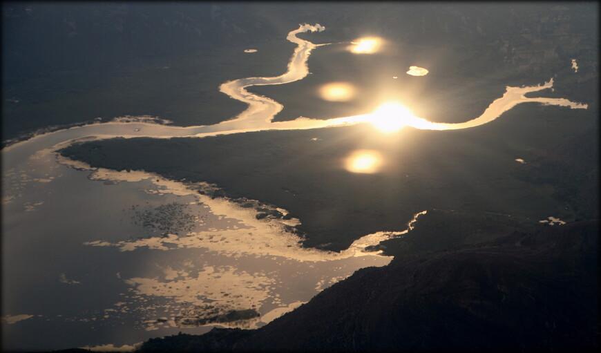 """Закатное солнце отражается в водах """"Малого Верхнего болота"""", Черногория"""