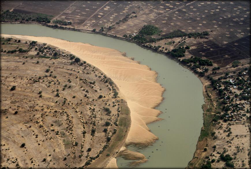 Шари — река в Центральной Африке, протекает по территории Центральноафриканской Республики, через Чад и по его границе с Камеруном. Образуется слиянием рек Уам, Баминги и Грибинги. Длина реки — 1400 км, площадь водосборного бассейна — 650 000 км².  На фото фрагмент реки на территории Чада.