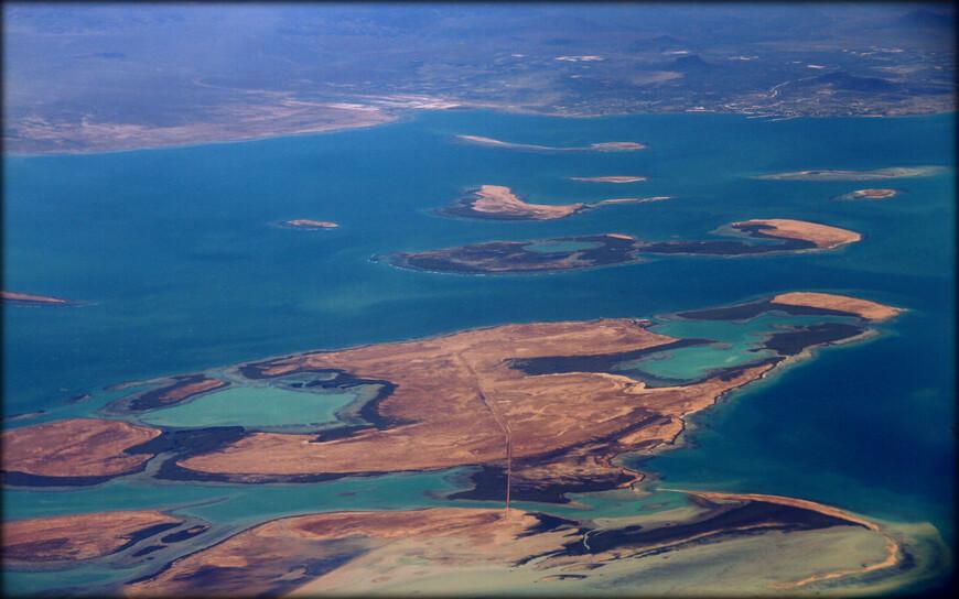 Бухта Асэб (Эритрея). Здесь находится около 30 островов.  Район Асэба стал первой итальянской территорией в Восточной Африке (с 1869, окончательно с 1882 года). В результате расширения этой территории и была создана итальянская колония Эритрея. В 1998—2000 годах за обладание асэбским портом между Эритреей и Эфиопией велась война.